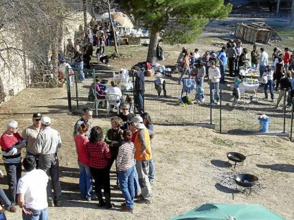 Varios grupos de ciudadanos, ayer durante la comida popular en la balsa de Jaulín.