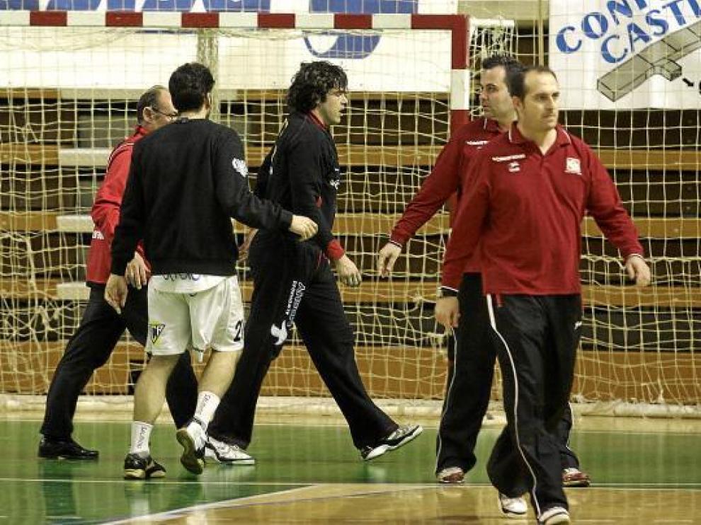 Julio Rodríguez se retira abatido. El portero del Obearagón recibió el ánimo de sus compañeros.