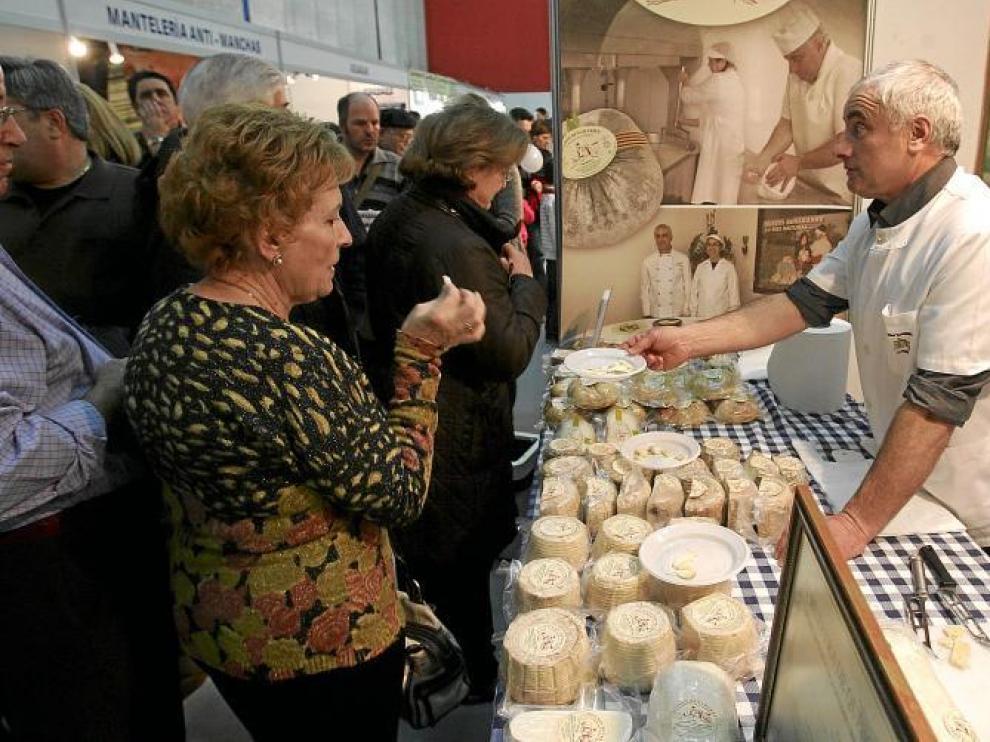 Juan José Baró, de Quesos de Benabarre, da a probar a un grupo de señoras los productos que fabrica en su granja ribagorzana.