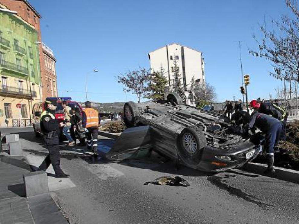 El coche volcado sobre el paso de cebra que enlaza el viejo viaducto con el parque de La Glorieta.