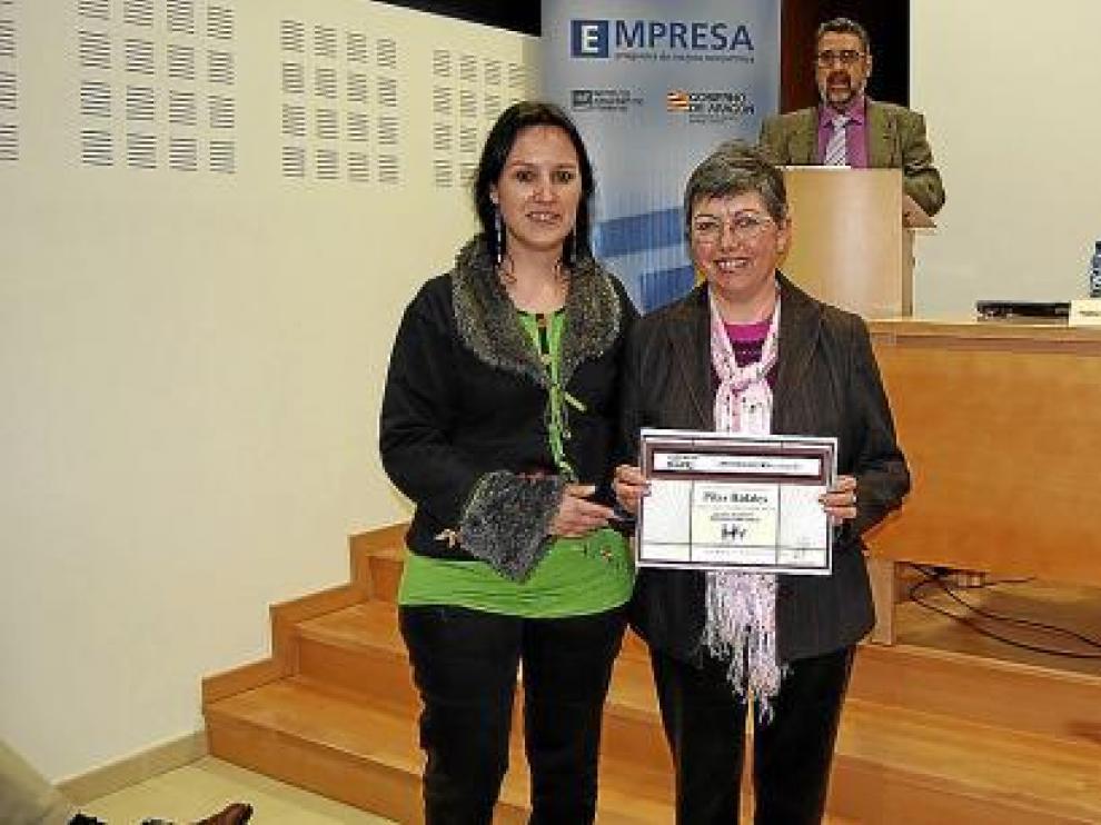 En la imagen, Pilar Ráfales junto a la alcaldesa de Sariñena, Lorena Canales, en la entrega del premio.