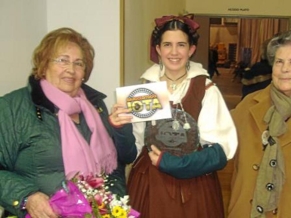 Belén Fuertes, con su trofeo, posa con sus orgullosas abuelas, Luz y Alicia, tras ganar el concurso.