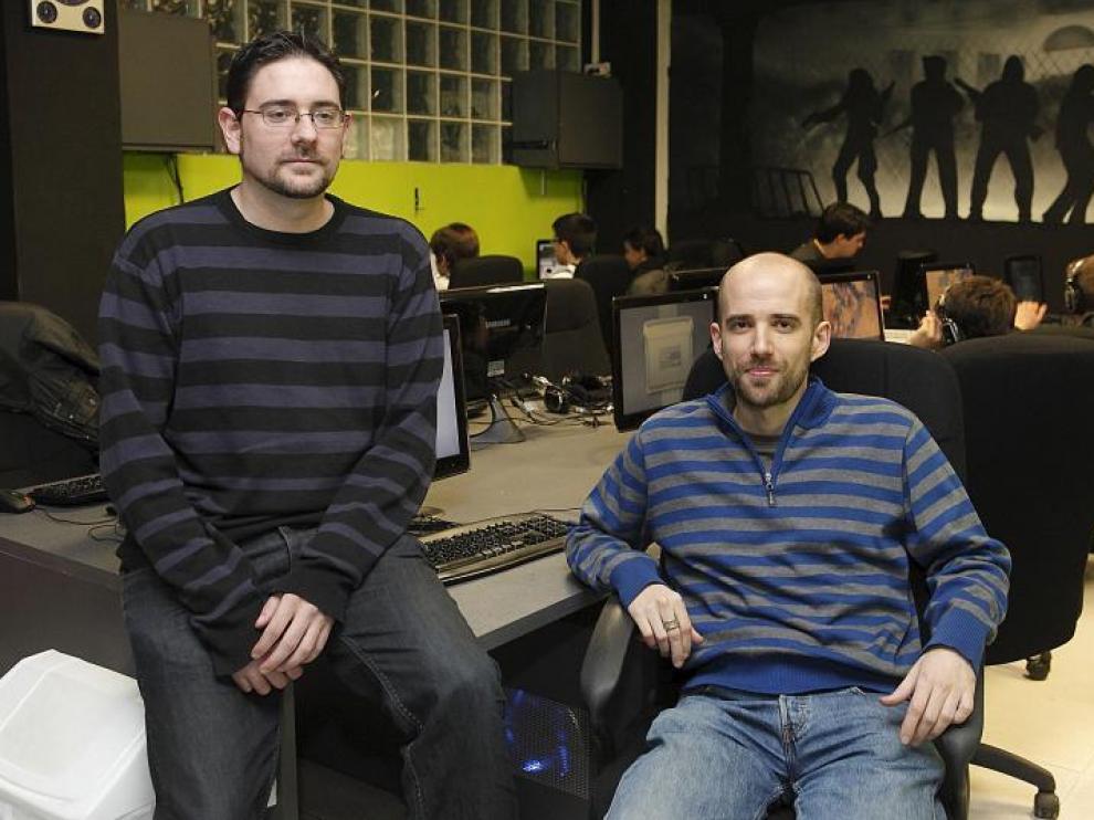 Daniel Valdivia y Héctor González son dos de los tres jóvenes socios que hace mes y medio abrieron un 'ciber' en Zaragoza.