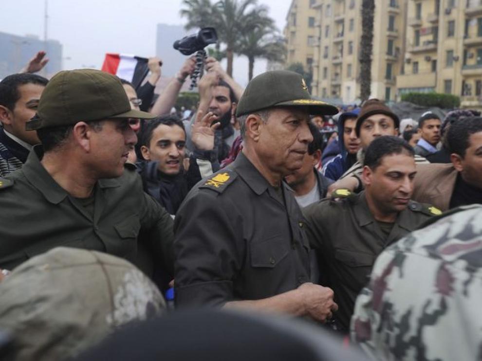 El general Hassan al Rawini, jefe del Estado Mayor del Ejército se acerca a dialogar con los activistas anti-Mubarak.
