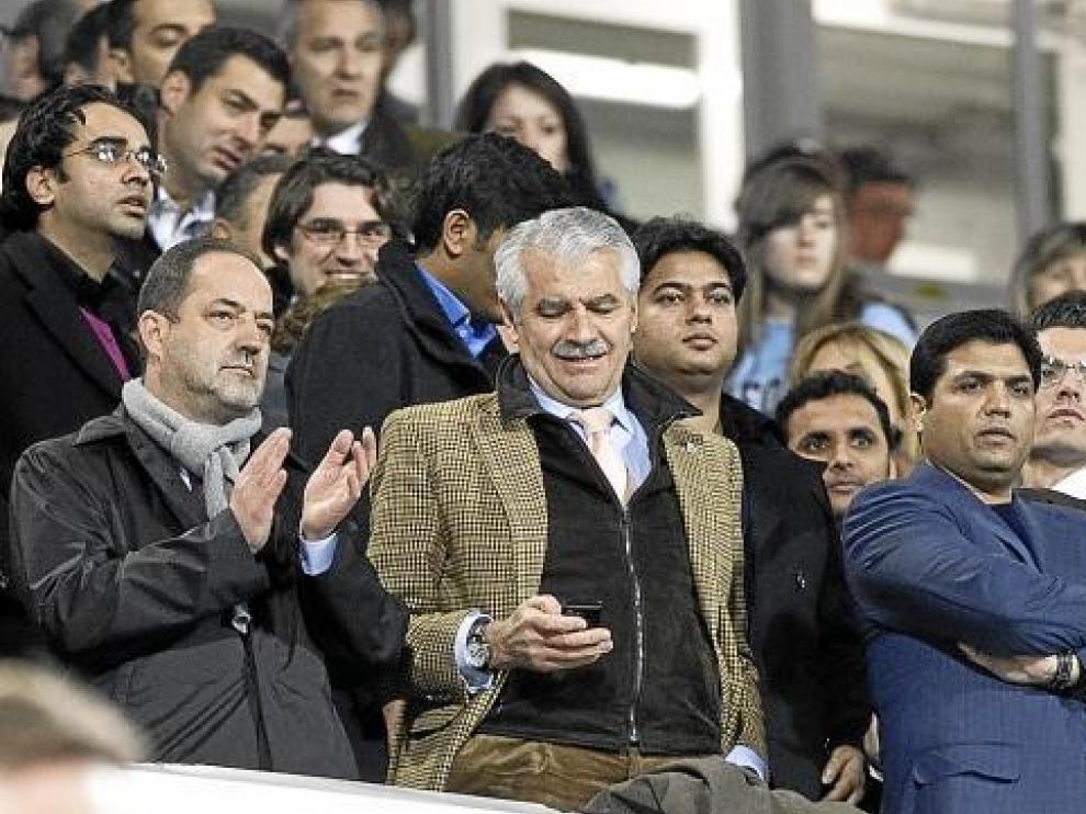 Agapito, junto al presidente del Racing, Francisco Pernía, y el jeque indio Ali Syed, ayer en el palco