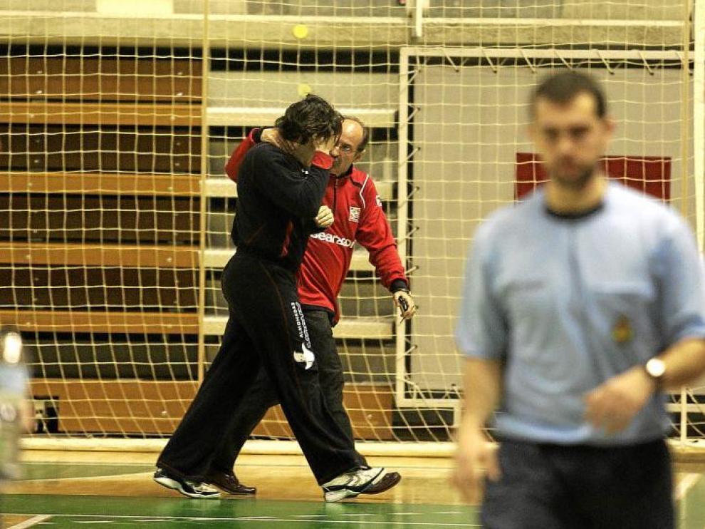 Julio Rodríguez, de negro, se retira acompañado del directivo Jorge Avellanas, tras el partido contra el Anaitasuna.