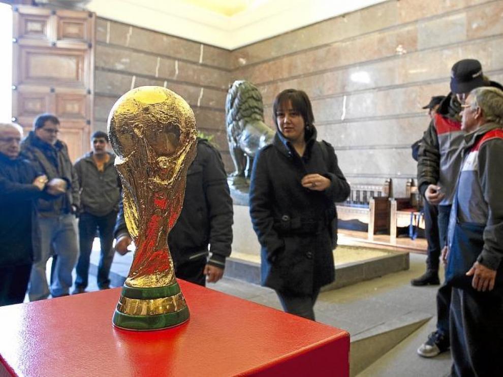 La Copa del Mundo lograda por la selección española ha estado expuesta al público durante todo el fin de semana y hoy estará en la gala.