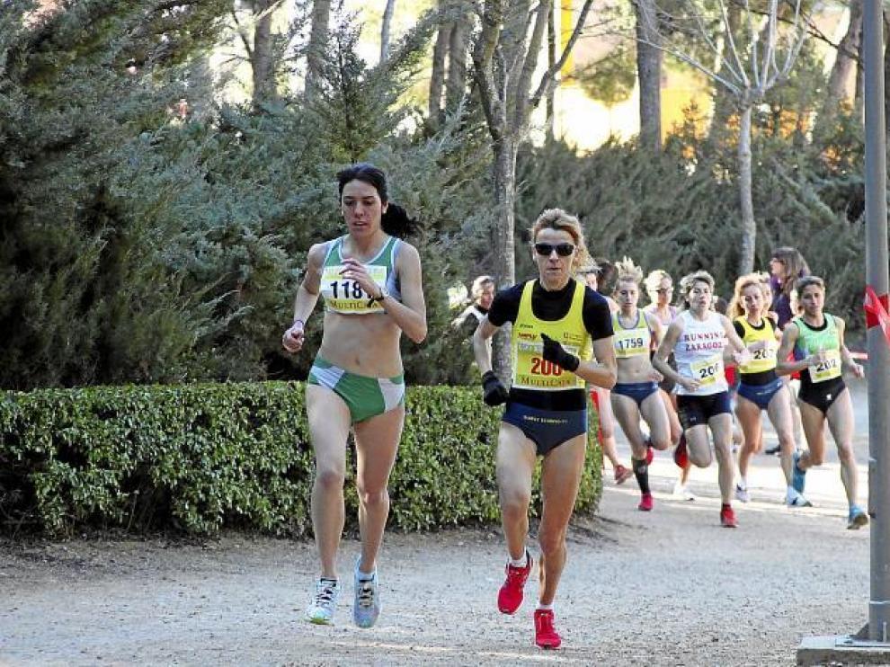 La ganadora sénior, Luisa Larraga -de amarillo-, a su llegada a la meta escoltada por la triunfadora en la categoría junior, Ana Cris Torrejón.
