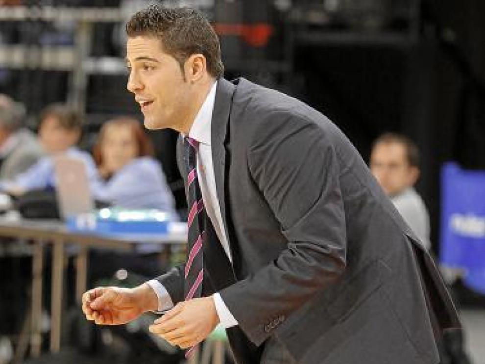 Víctor Lapeña da órdenes a sus jugadoras en un partido.
