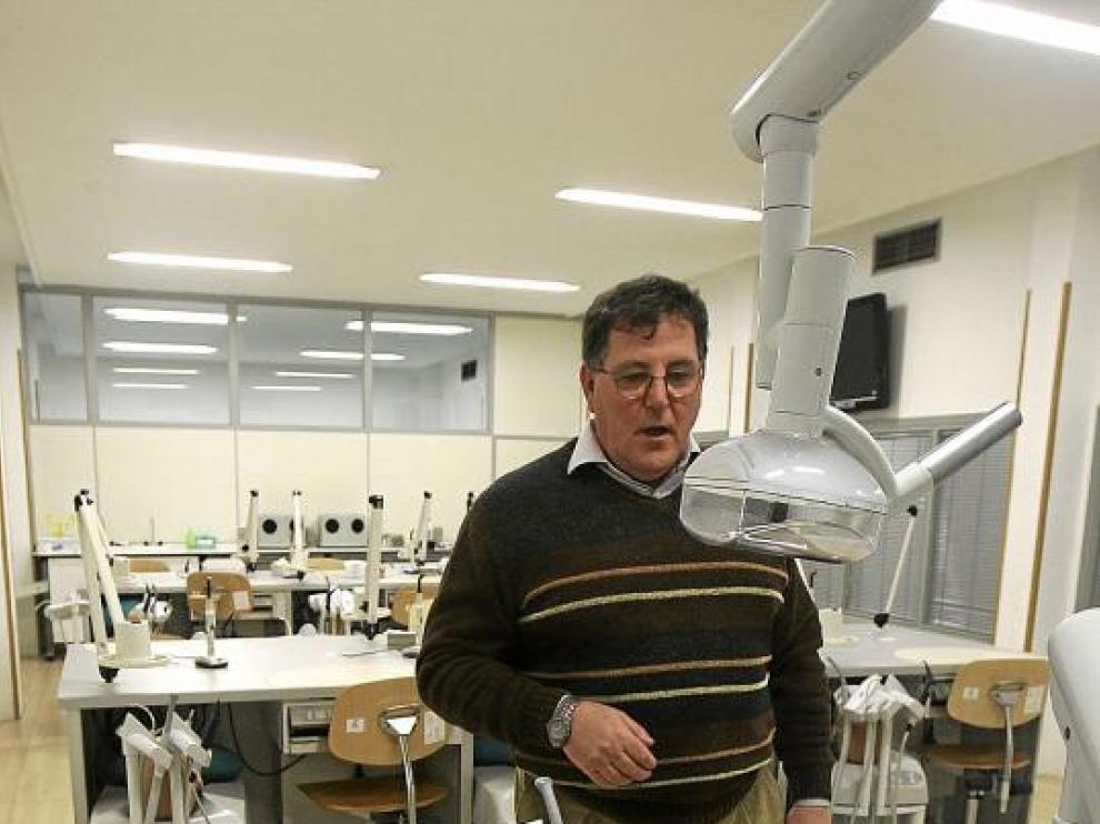 Miguel Chivite en uno de los salones de Odontología donde los alumnos realizan prácticas.