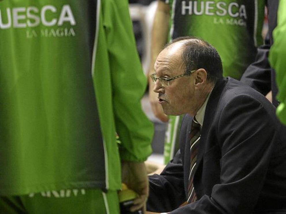 Ángel Navarro durante un tiempo muerto. Pronto podría contar con un nuevo jugador que dé más poder al Peñas bajo aros.