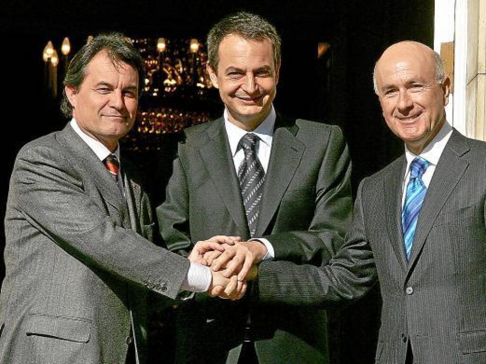 Zapatero, Mas (i) y Duran, en una reunión en la Moncloa en 2006 para cerrar un pacto del 'Estatut'.