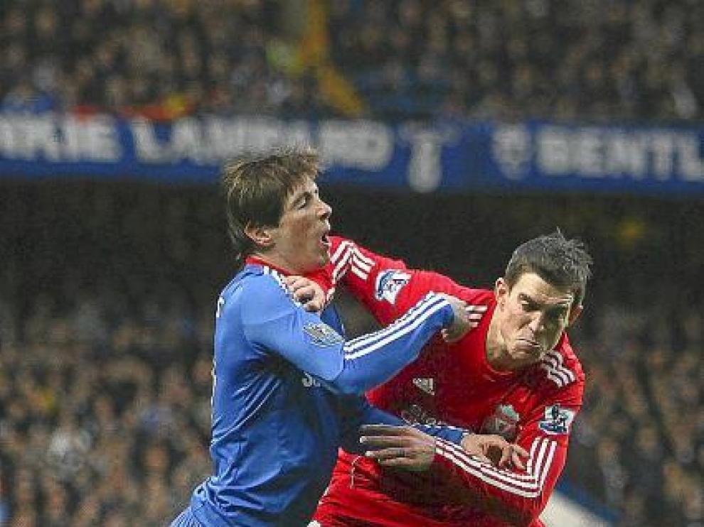 Torres pugna con Agger.