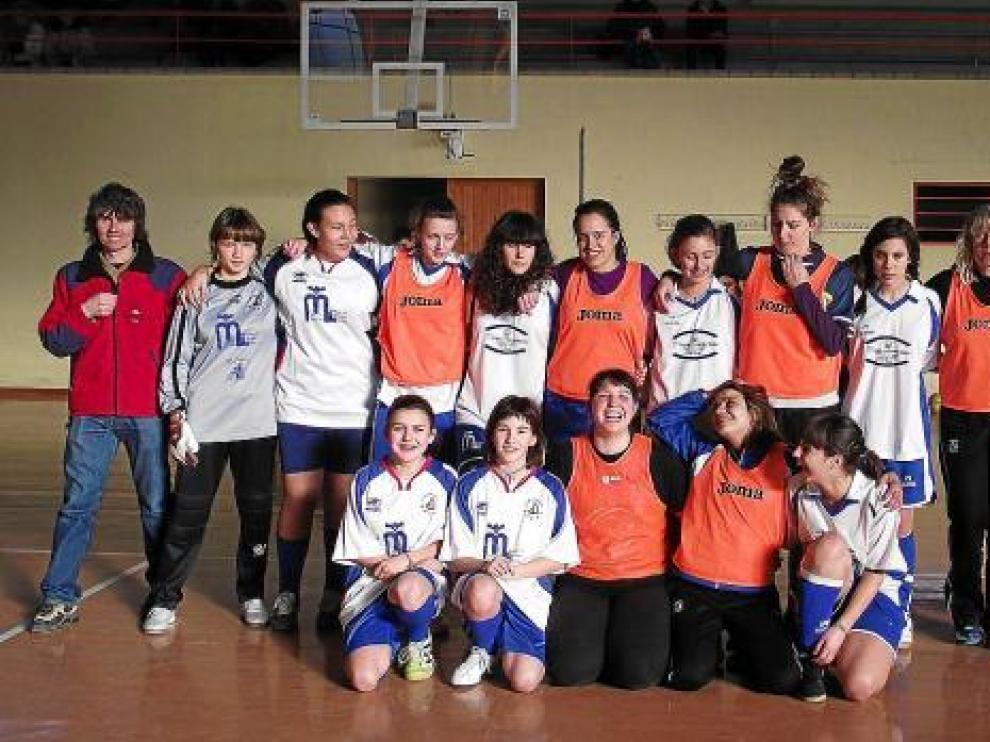 Las mujeres de Graus se enfrentaron en un partido de fútbol que abrió los actos de Santa Águeda.