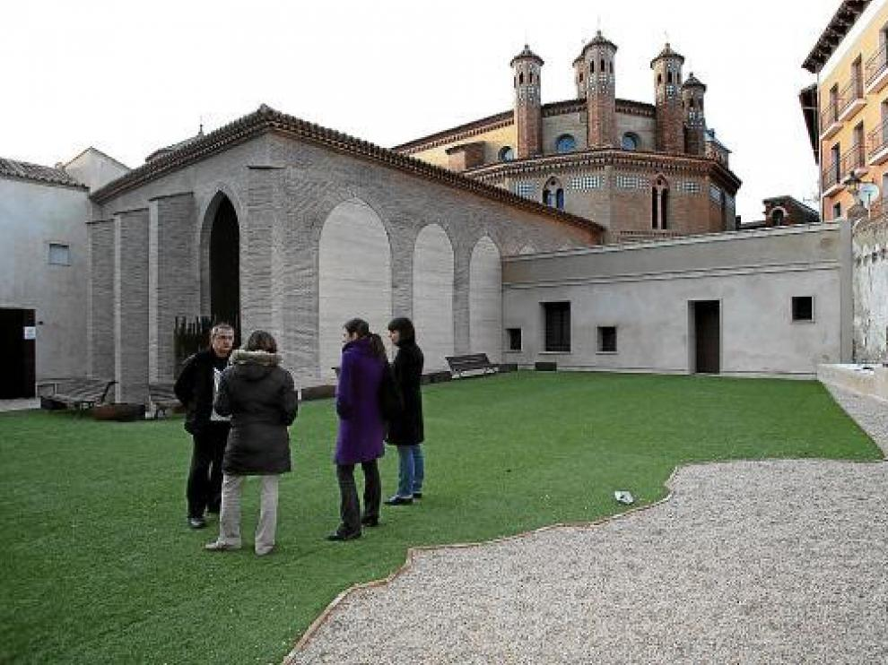 El jardín cementerio y el claustro contiguo, escenarios cada vez más atractivos para los novios.