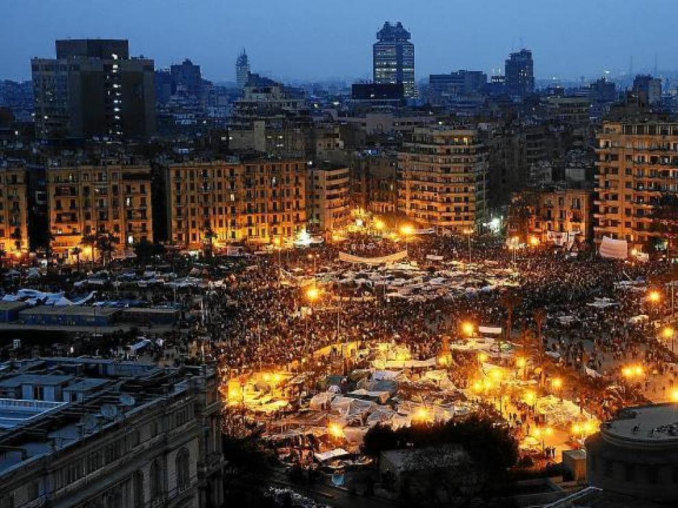 Vista aérea de la plaza Tahrir, de El Cairo, llena de manifestantes opuestos a Mubarak, anoche.