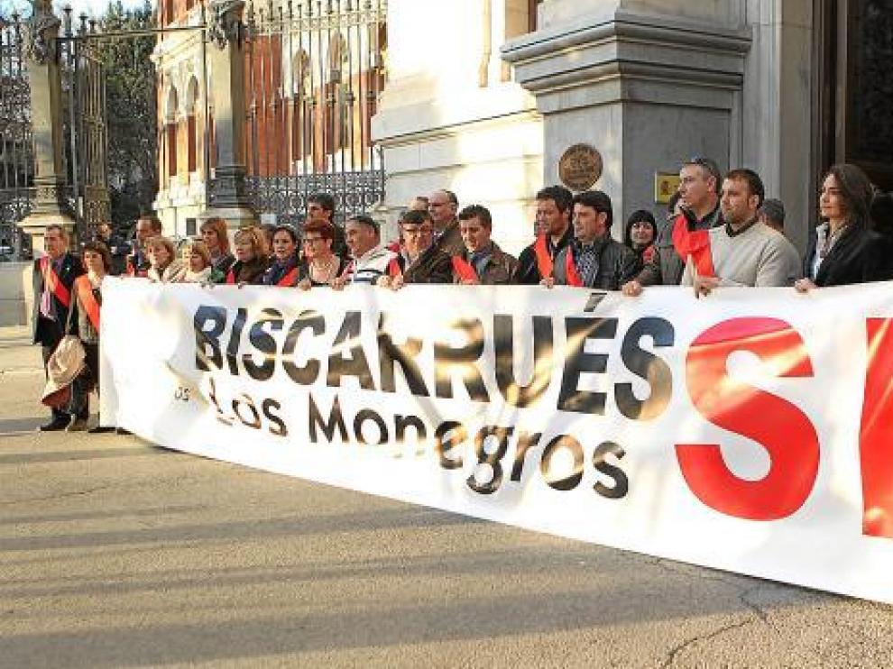 Los alcaldes vistieron sus bandas para sostener la pancarta a las puertas del Ministerio.