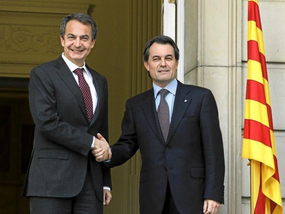 Rodríguez Zapatero saluda a Artur Mas momentos antes de la reunión en La Moncloa.