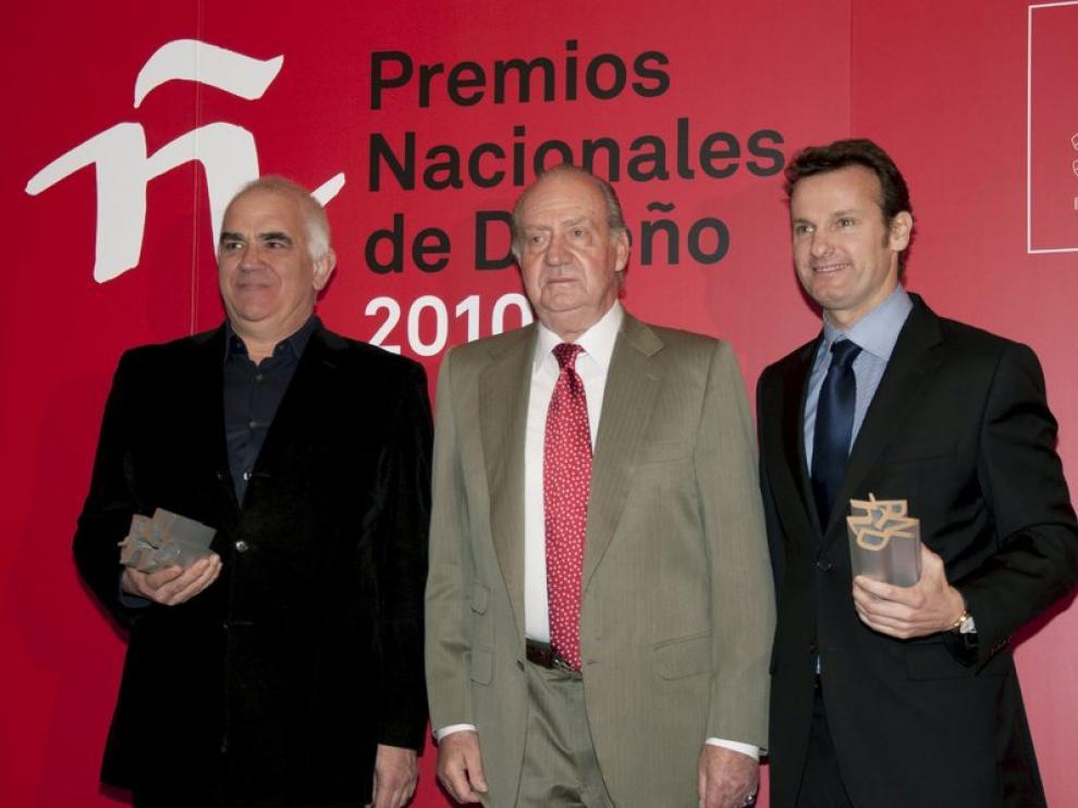 El rey Juan Carlos I con el diseñador Óscar Mariné (i) y el vicepresidente del Grupo Kettal, Alex Alorda