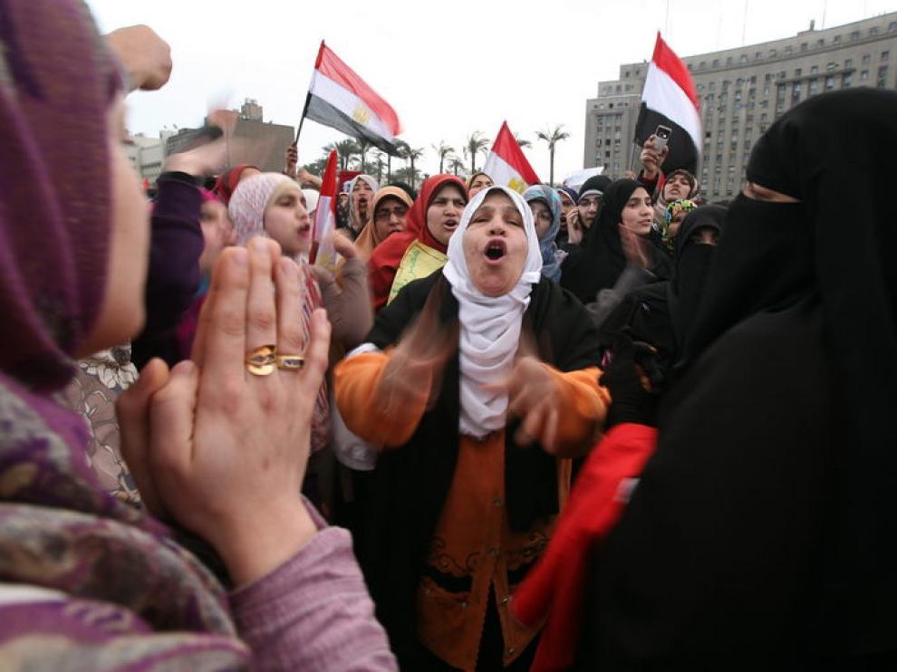 Manifestantes anti Mubarak quienes participaban este domingo en la protesta llamada 'Domingo de los mártires'