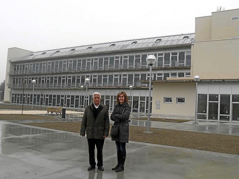Rafael Catón, concejal de Tardienta, y Mª Luz Abadía, alcaldesa, frente a la residencia municipal