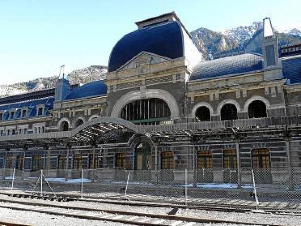 La estación permanece vallada y cerrada al público.