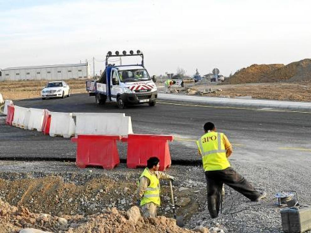 Operarios trabajando en la realización de una rotonda.