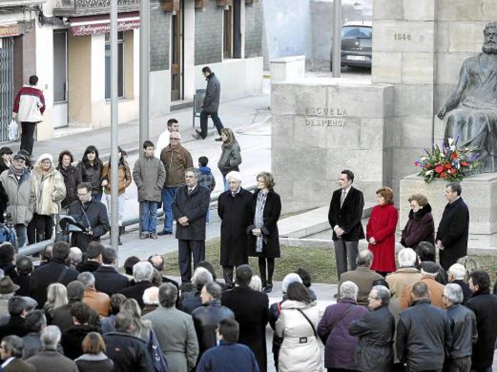 Numeroso público y autoridades asistieron al homenaje ante la estatua dedicada a Costa en Graus.
