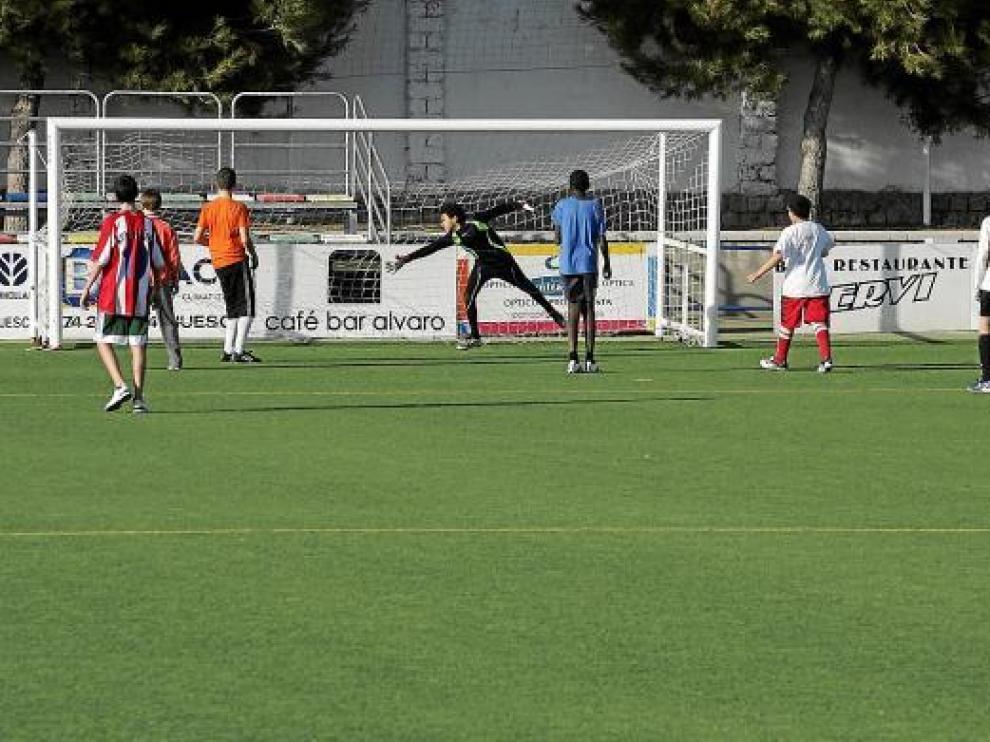Un grupo de chavales del Plan Municipal de Juventud jugando ayer en el campo de San Jorge.