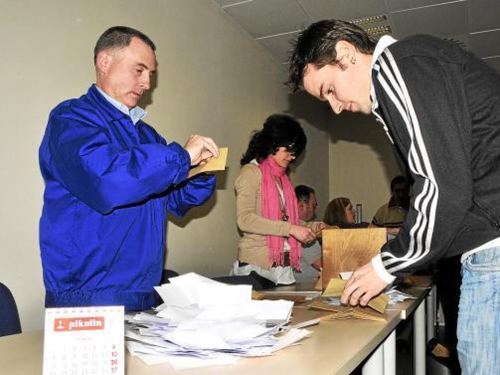 Imagen del recuento de votos en el referendum de Pikolin, celebrado ayer en la fábrica.