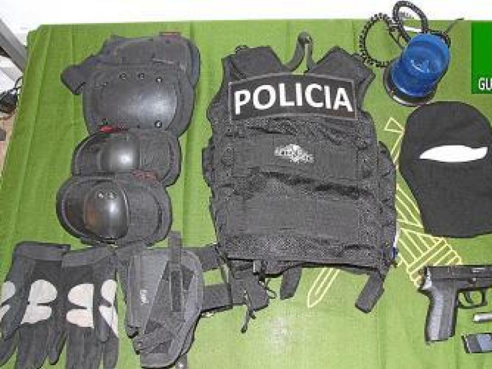El sospechoso vestía coderas, peto y un pasamontañas negro.