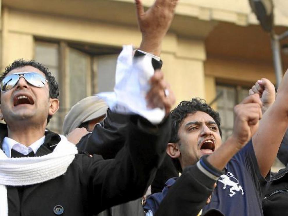 El ejecutivo de Google Wael Ghuneim (c) participa en la protesta contra Mubarak, ayer en la plaza de Tahrir en El Cairo.