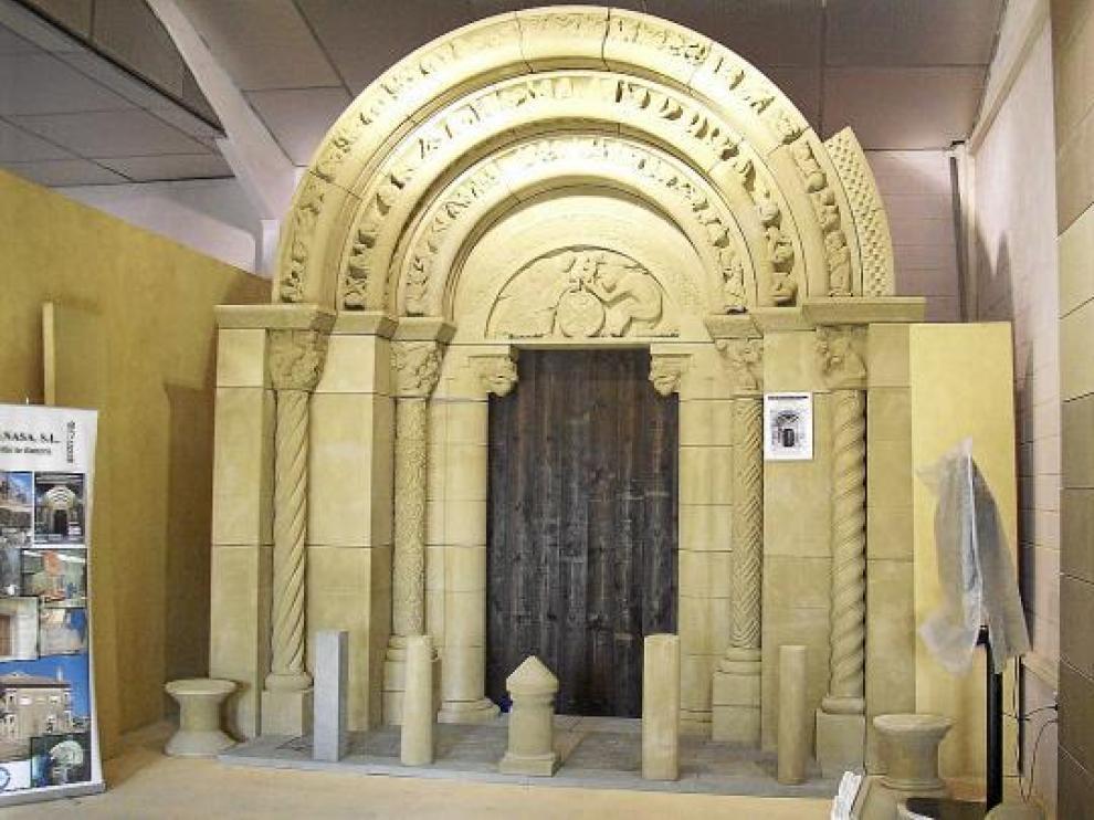 Vista de la réplica de la portada de la iglesia de San Miguel realizada en Uncastillo.