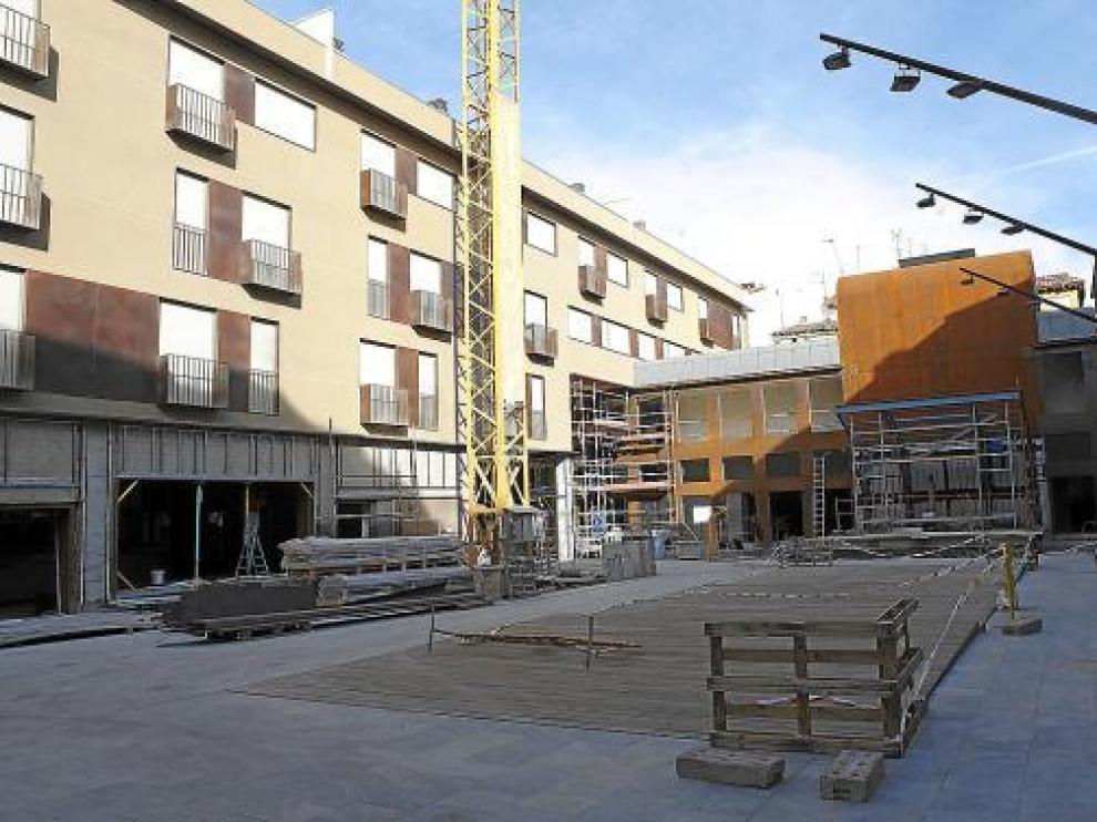 Vista desde la calle de Las Armas del centro cultural, al fondo, y de los bloques de viviendas.