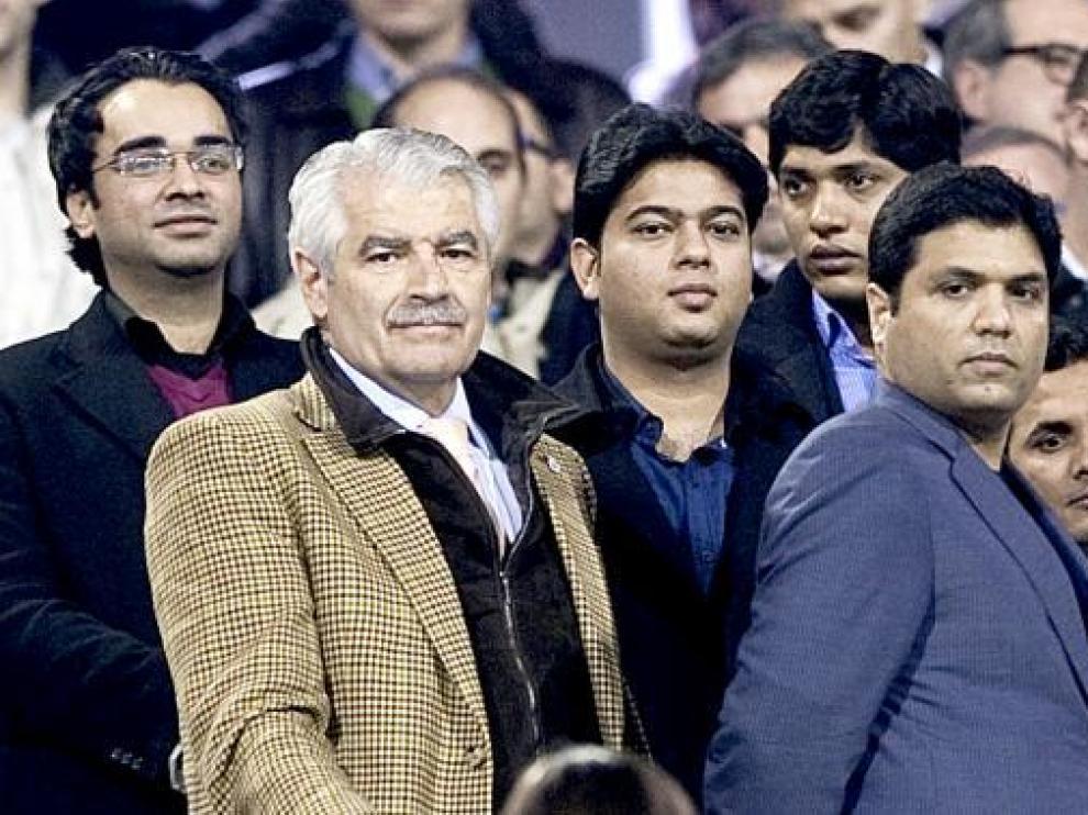 El magnate indio Alí Syed, el pasado sábado junto a Rubén Aísa, abogado de Deloitte, en La Romareda.