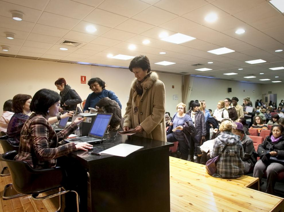 Mujeres realizando la inscripción para los cursos, en la Casa de la Mujer.