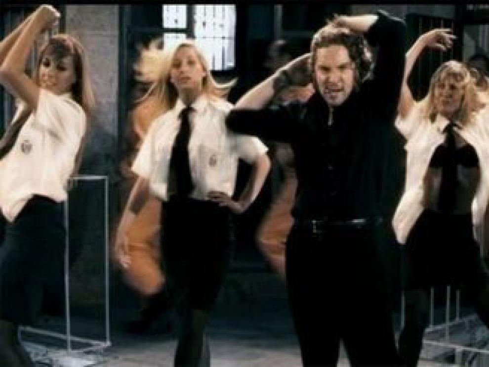 Una imagen del videoclip 'Letal Crisis', interpretado por Bisbal para 'Torrente 4'