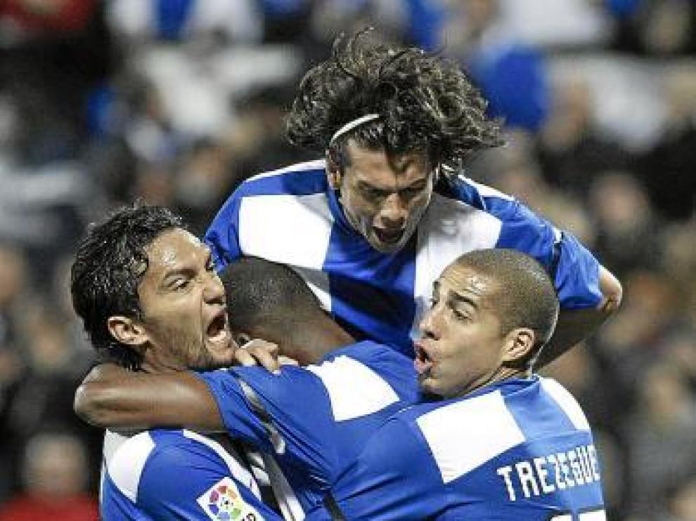 El ex zaragocista Abel Aguilar, Nelson Valdez y Trezeguet se abrazan con Thomert tras un gol anotado hace un mes al Atlético de Madrid.