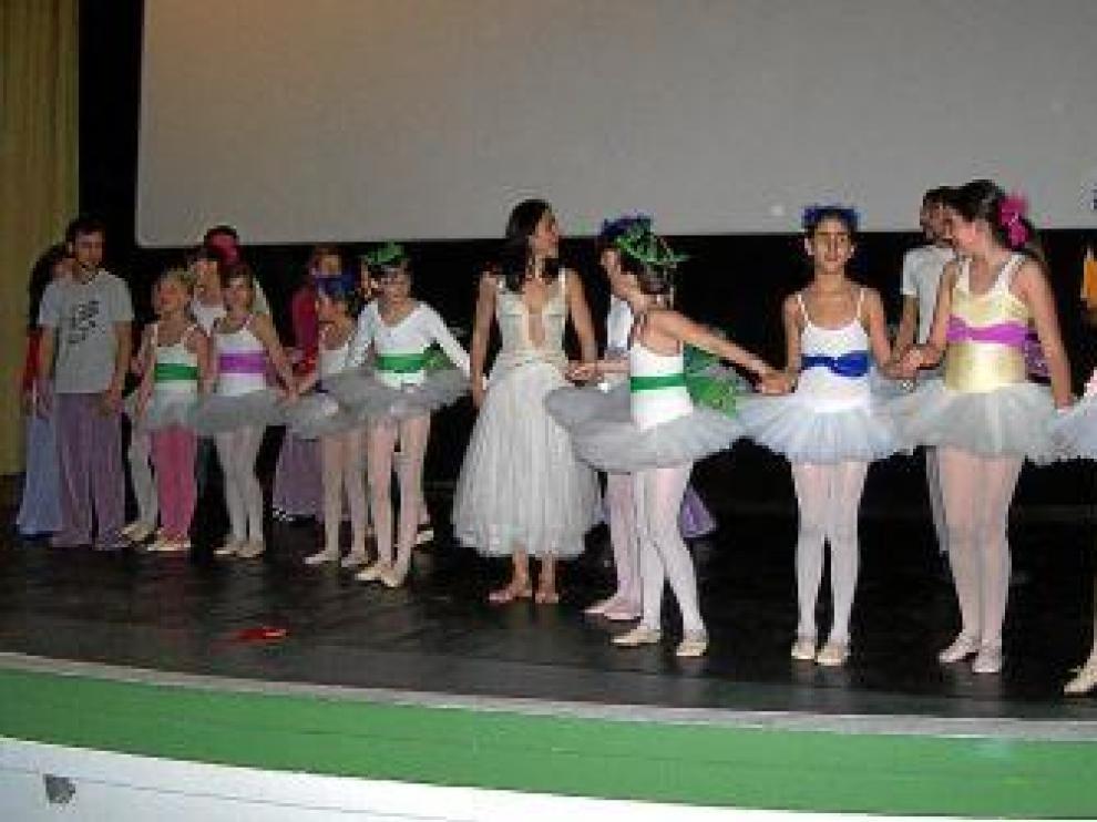 Los alumnos de los talleres también se subieron al escenario.