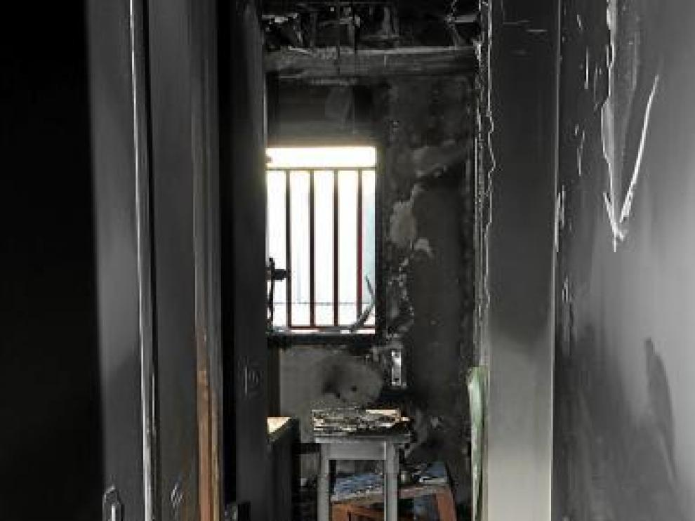 El fuego y el humo destrozaron el interior del apartamento.