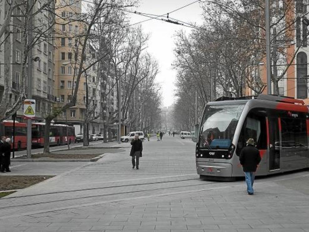 El punto crítico en el que el tranvía invade el andador central de Gran Vía, fotografiado ayer.