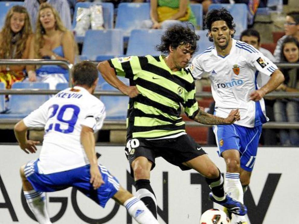Tote se lleva el balón entre Lafita y Kevin Lacruz en el partido de la primera vuelta en La Romareda.