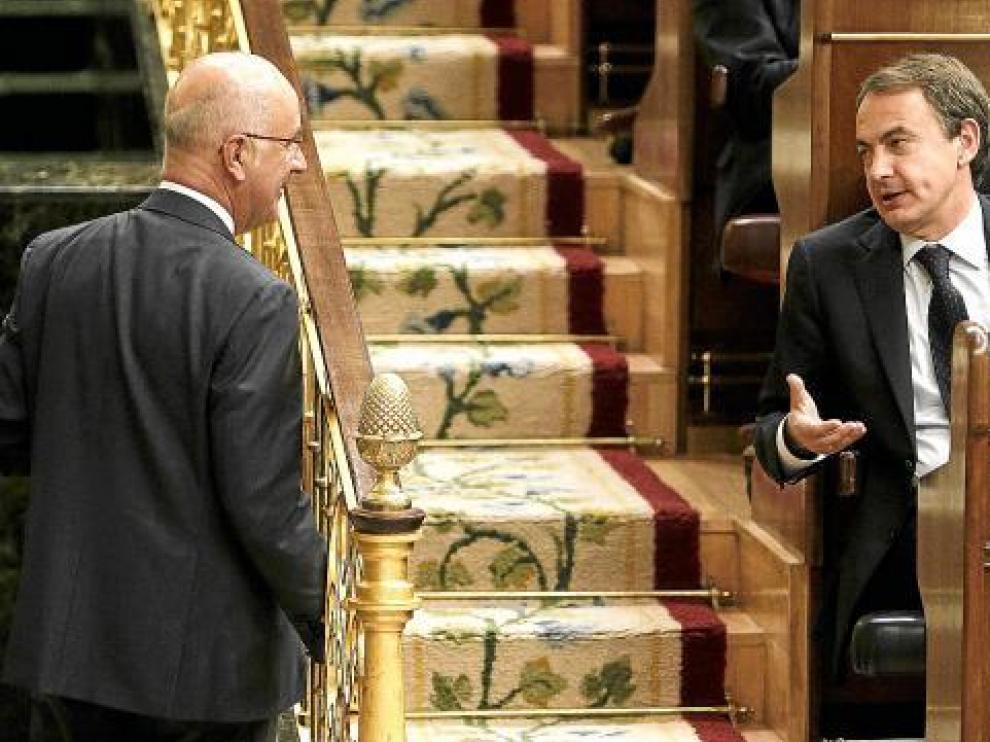 Rodríguez Zapatero charla con Duran i Lleida ayer en la sesión de control en el Congreso.