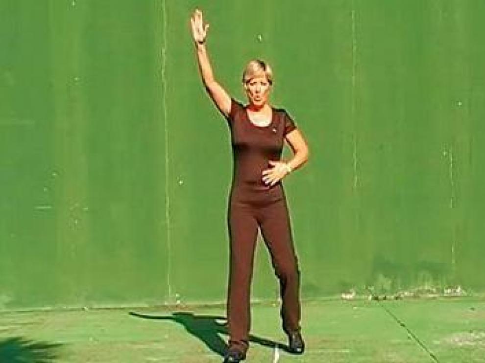 Allison Cadwell muestra uno de los pasos en el vídeo de Youtube.