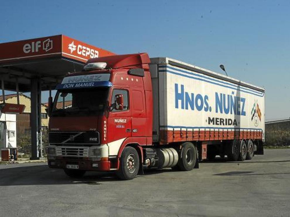 El camión en el que viajaba la pareja, parado ayer en una gasolinera de San Asensio (La Rioja).