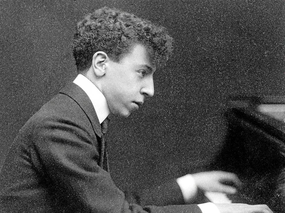 Retrato de Arthur Rubinstein al piano en 1906