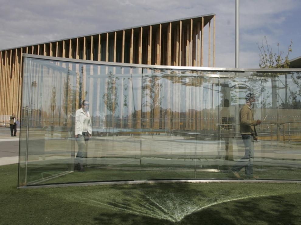 Intervención artística 'Manierismo rococó' en su emplazamiento original, en la ribera del Ebro