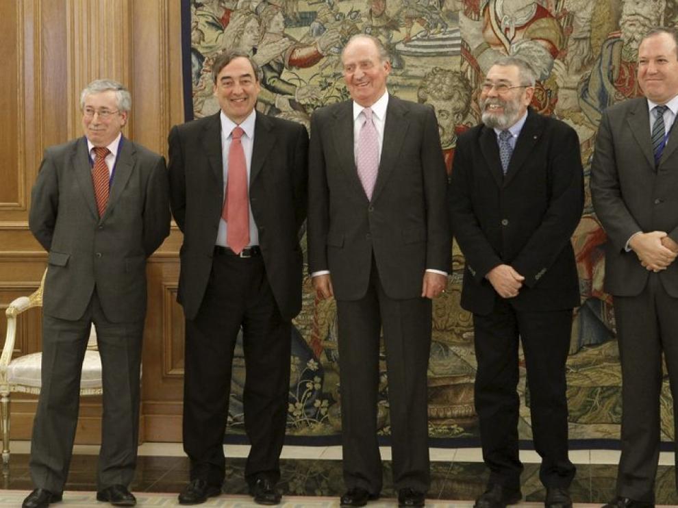 El Rey, en el centro, junto a los representantes de patronal y sindicatos