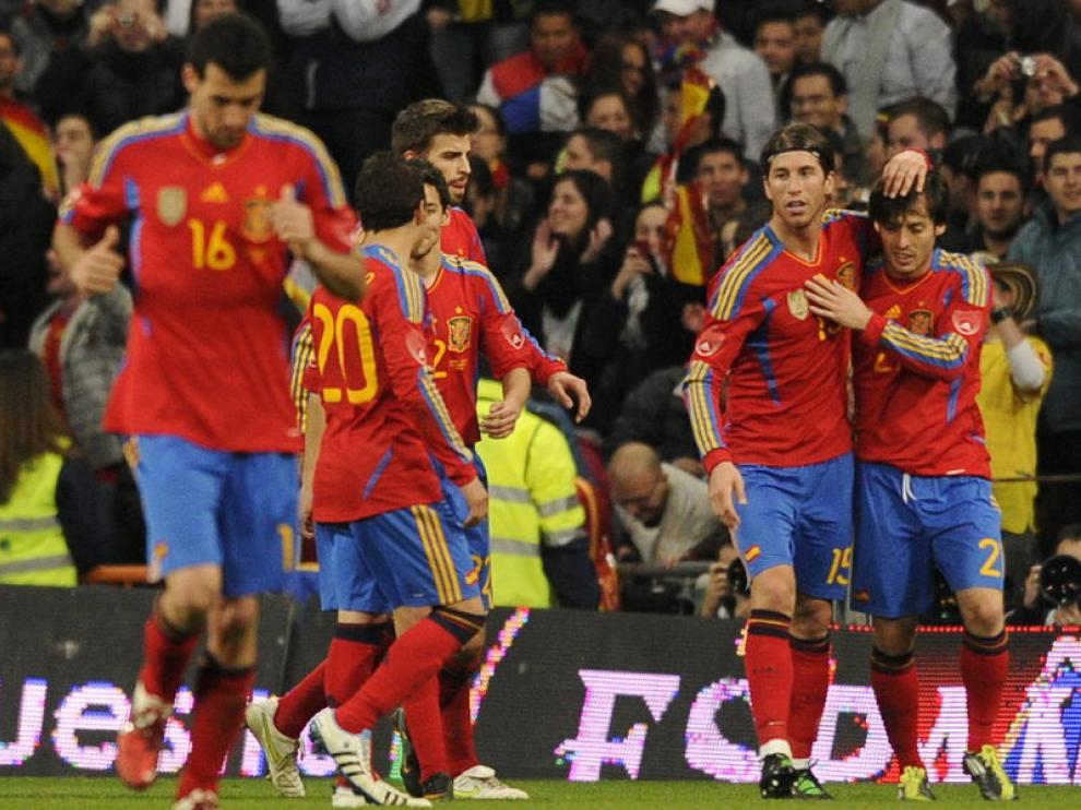 Varios jugadores de la selección celebran el gol de Silva