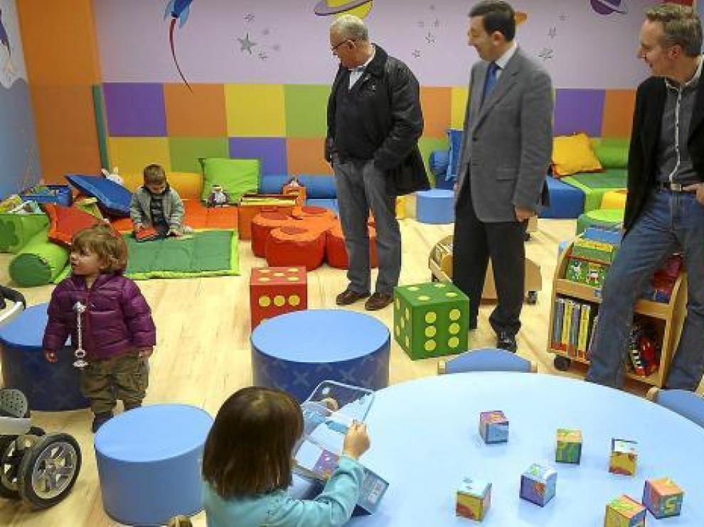 Las autoridades locales visitaron el jueves a los primeros usuarios de la 'bebeteca' de Jaca.